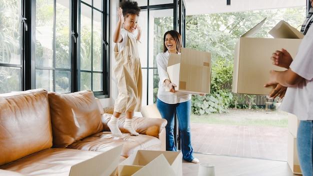 Szczęśliwa młoda rodzina afroamerykanów kupiła nowy dom.