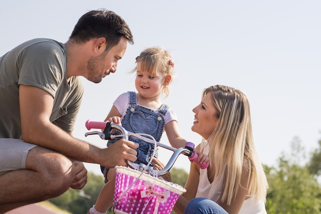Szczęśliwa młoda rodzina, ciesząc się dniem w piękny słoneczny dzień