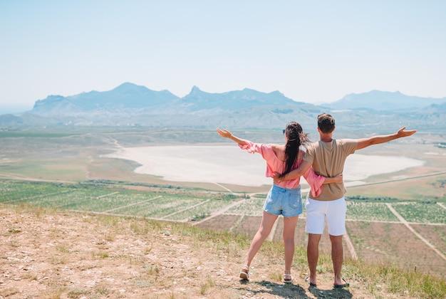 Szczęśliwa młoda rodzina na wakacjach