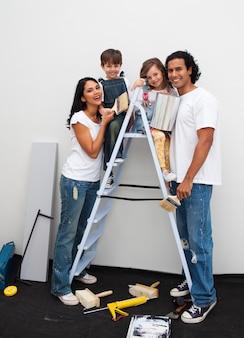 Szczęśliwa młoda rodzina odnawia pokój