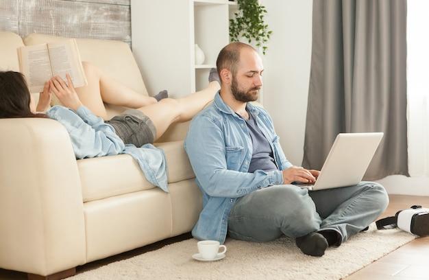 Szczęśliwa młoda rodzina relaksuje się w salonie