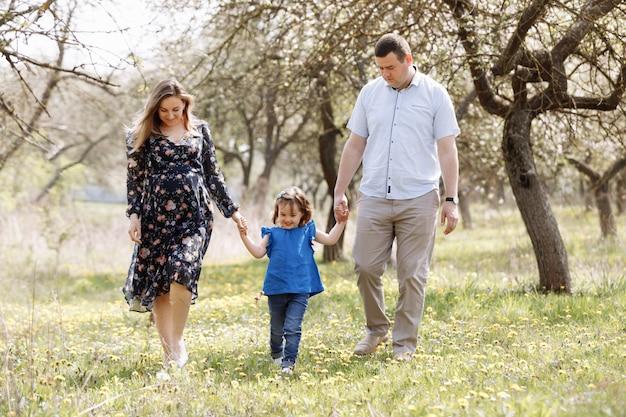 Szczęśliwa młoda rodzina spędza czas na świeżym powietrzu w letni dzień