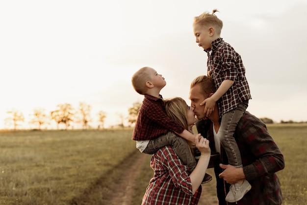 Szczęśliwa młoda rodzina spędza razem czas na świeżym powietrzu