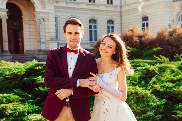 Szczęśliwa młoda rodzina w uśmiechu sukni ślubnej