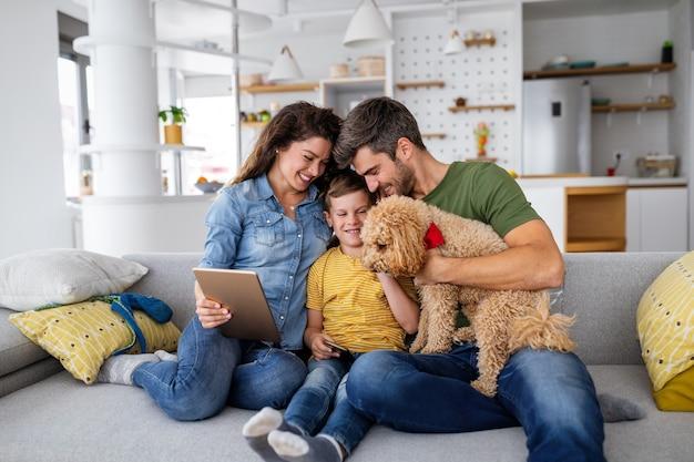 Szczęśliwa młoda rodzina zabawy, grając razem w domu. koncepcja szczęśliwego dzieciństwa