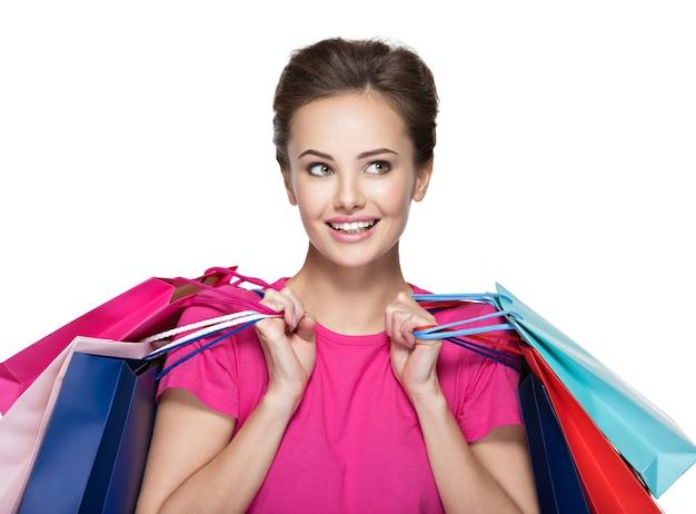 Szczęśliwa młoda uśmiechnięta kobieta z torby na zakupy po zakupach