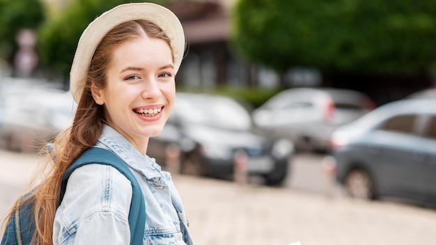 Szczęśliwa młoda żeńska turysta kopii przestrzeń