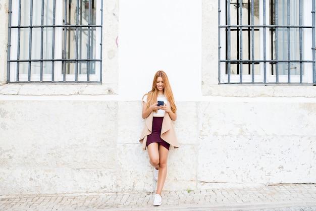 Szczęśliwa modniś kobieta używa ogólnospołecznego networking