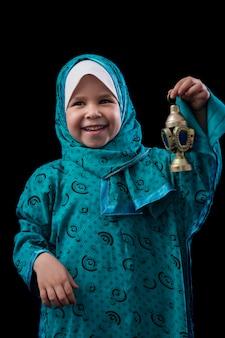 Szczęśliwa muzułmańska dziewczyna z ramadan lantern