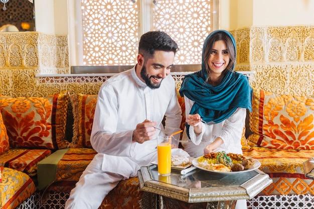 Szczęśliwa muzułmańska para w arabskiej restauraci