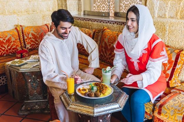 Szczęśliwa muzułmańska para w restauraci