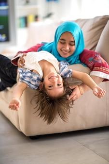 Szczęśliwa muzułmańska rodzina przy nowym nowożytnym domem