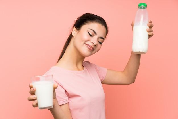 Szczęśliwa nastolatek dziewczyna ma śniadania mleko