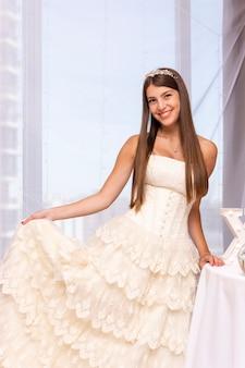 Szczęśliwa nastolatka trzyma jej urodzinową suknię