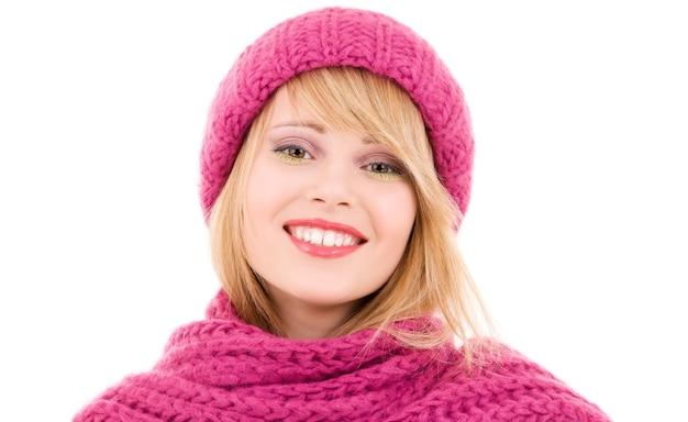 Szczęśliwa nastolatka w czapkę zimową na białym