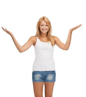 Szczęśliwa nastolatka w pustej białej koszulce pokazującej gest powitania