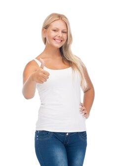 Szczęśliwa nastolatka w pustej białej koszulce z kciukami do góry
