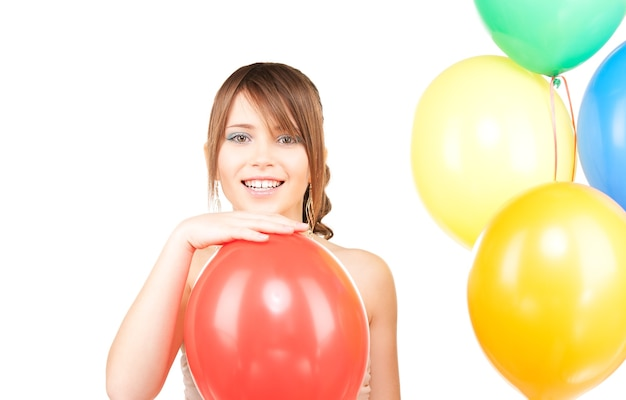 Szczęśliwa nastolatka z balonami na białym