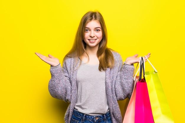 Szczęśliwa nastolatka z torby na zakupy na białym tle