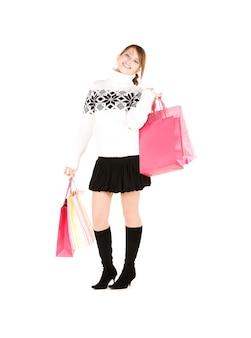 Szczęśliwa nastolatka z torby na zakupy na białym