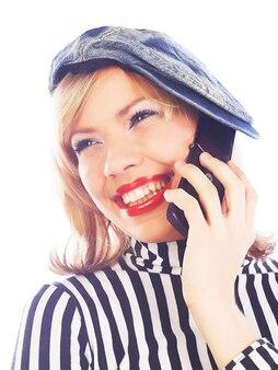 Szczęśliwa nastoletnia dziewczyna z telefonem komórkowym