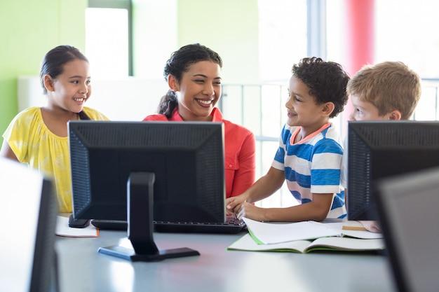 Szczęśliwa nauczycielka z dziećmi