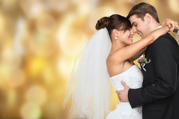 Szczęśliwa nowożeńcy młoda para na czarnym tle, vintage