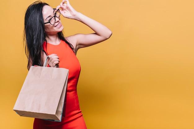 Szczęśliwa nowożytna kobieta z torba na zakupy