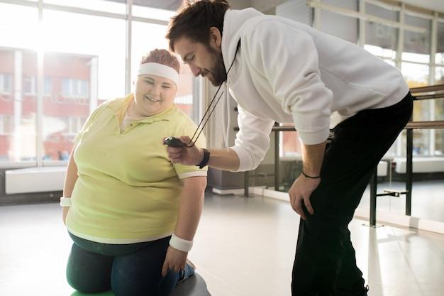 Szczęśliwa otyła kobieta pracująca
