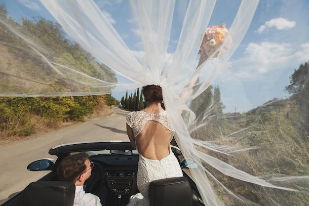 Szczęśliwa panna młoda i pan młody na ich ślubie