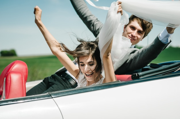 Szczęśliwa panna młoda i pan młody, para ślub nowożeńców