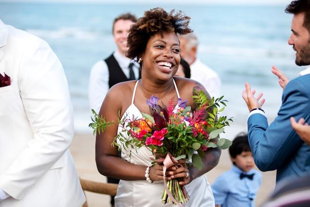 Szczęśliwa panna młoda i pan młody w ceremonii ślubnej na tropikalnej wyspie