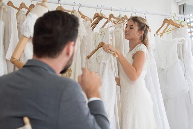 Szczęśliwa panna młoda i pan młody w sukni ślubnej przygotować się do małżeństwa w ceremonii ślubnej. romantyczna miłość pary mężczyzny i kobiety.