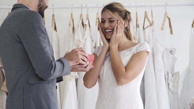 Szczęśliwa panna młoda i pan młody w sukni ślubnej przygotować się do małżeństwa w ceremonii ślubnej
