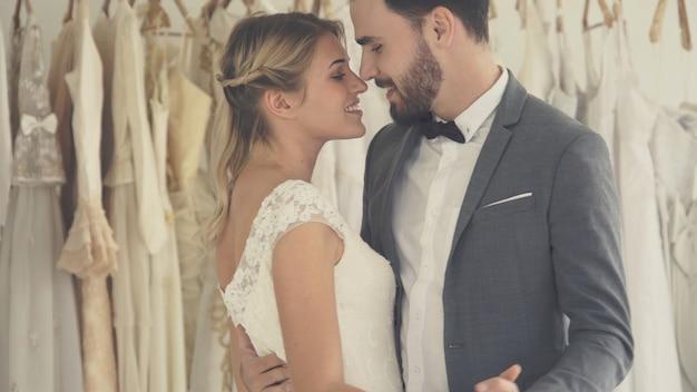Szczęśliwa panna młoda i pan młody w sukni ślubnej przygotowują się do ślubu podczas ceremonii ślubnej