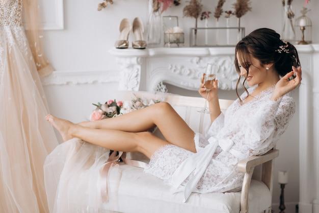 Szczęśliwa panna młoda przygotowuje się do ślubu