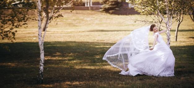 Szczęśliwa panna młoda w dniu ślubu. spacer narzeczonej w parku narodowym jesienią.