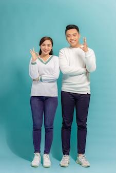 Szczęśliwa para azjatyckich miłość podekscytowany, uśmiechając się z ok gest ręki
