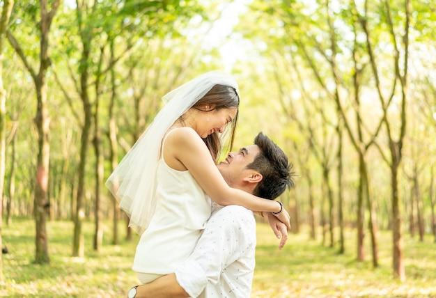 Szczęśliwa para azjatyckich zakochana w łuku drzewa