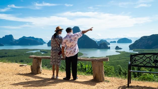 Szczęśliwa para cieszy się dolinnego widok od wierzchołka góra