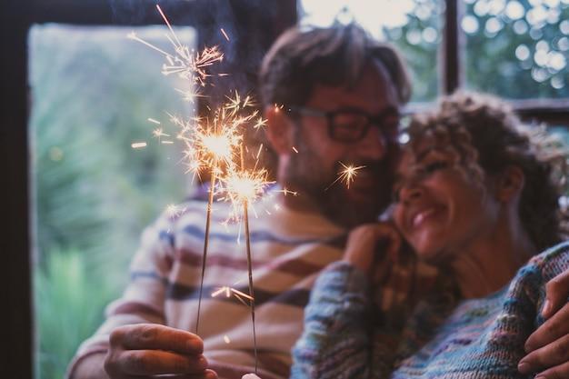 Szczęśliwa para cieszy się świętowaniem w domu
