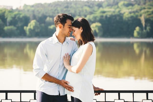 Szczęśliwa para czeka na dziecko, przewidując rolę rodziców
