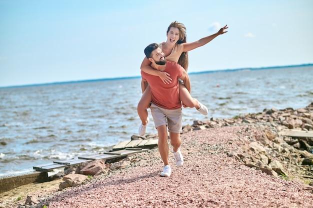 Szczęśliwa para czuje się niesamowicie spędzając czas na plaży?