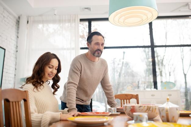 Szczęśliwa para dobrze się czuje spędzając razem czas