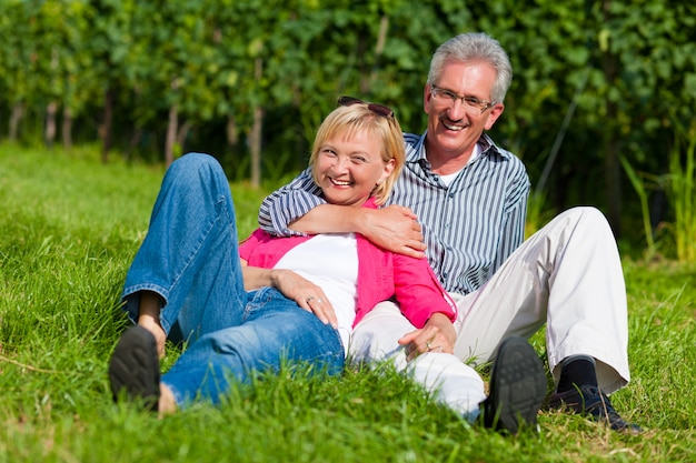 Szczęśliwa para dojrzałych na zewnątrz