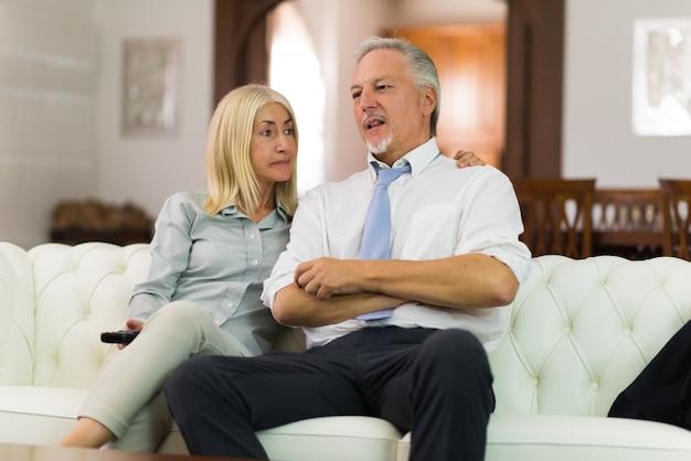Szczęśliwa para dojrzałych rozmawiać w ich domu