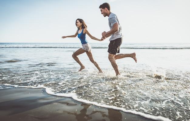 Szczęśliwa para działa na brzegu
