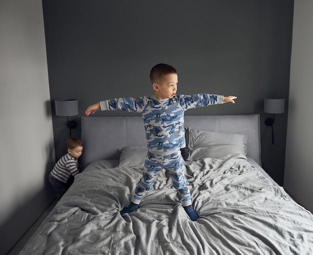 Szczęśliwa para dzieci bawi się w przytulnej sypialni