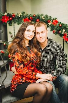 Szczęśliwa para dziewczyna i facet trzymając się za ręce, siedząc na schodach