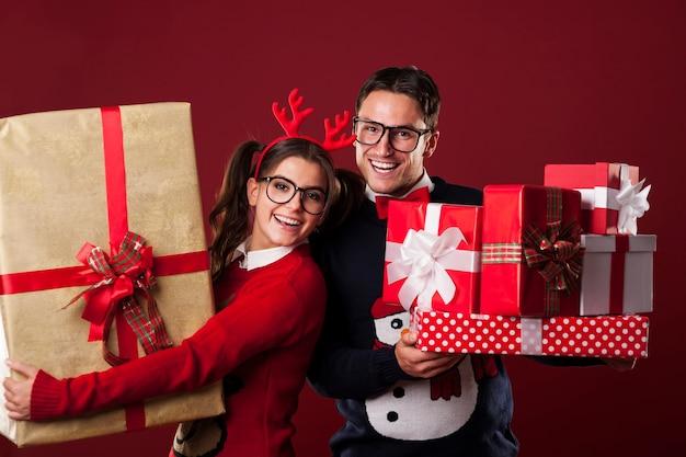 Szczęśliwa para frajerów posiadających dużo prezentów świątecznych